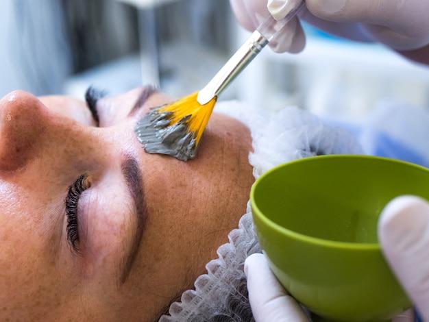 Zabiegi medyczne w klinice pielęgnacja skóry kosmetologia dla kobiet