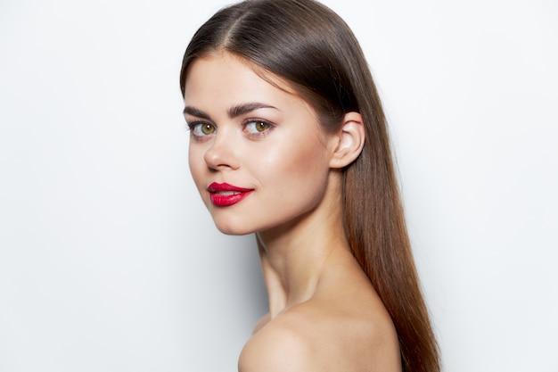 Zabiegi spa kobieta oczyść skórę czerwone usta styl życia