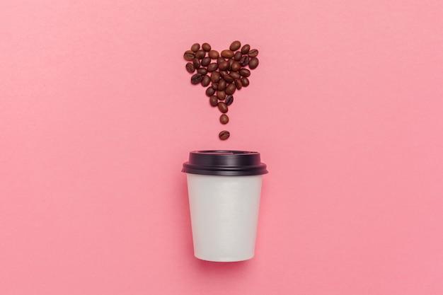 Zabierz filiżankę kawy na kolorowym tle papieru