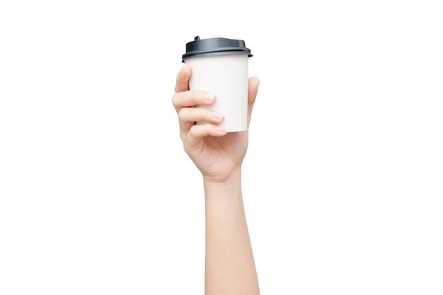 Zabierz filiżankę kawy. żeńska ręka trzyma kawową papierową filiżankę odizolowywająca na bielu z ścinek ścieżką.