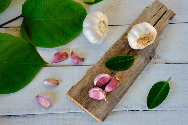 Ząbki czosnku na rustykalnym stole