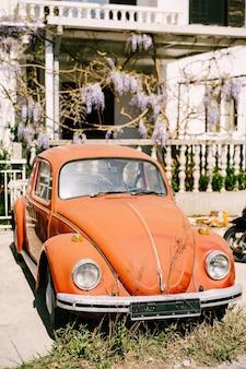 Zabljak czarnogóra lipca czerwony samochód retro samochód osobowy wyprodukowany przez
