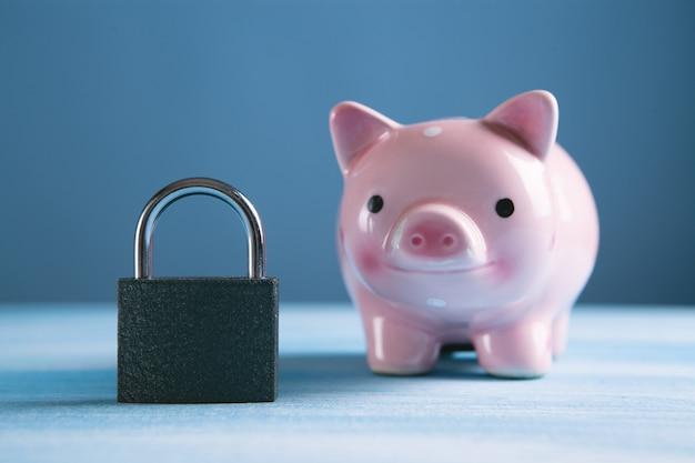Zablokuj Ze świnką-skarbonką Na Stole Premium Zdjęcia