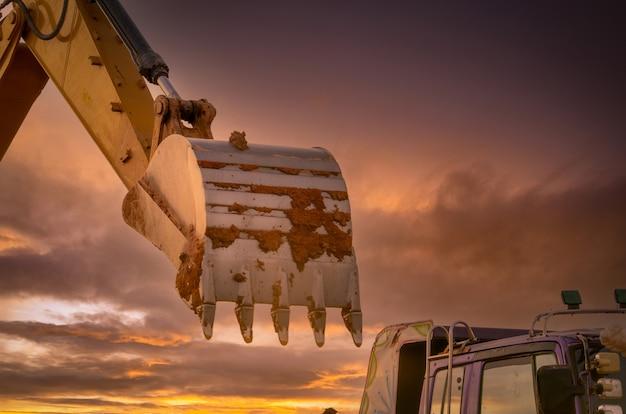 Zabrudz metalowe wiadro koparki po wykopaniu ziemi