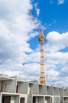 Zabudowa mieszkaniowa i dźwigi wieżowe