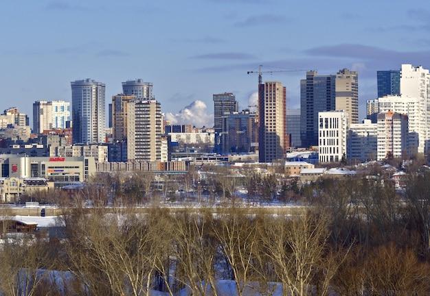 Zabudowa prawego brzegu nowosybirska nowe wielopiętrowe budynki wysokościowe