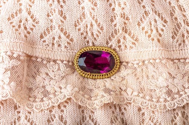 Zabytkowa broszka z dużym półszlachetnym fioletowym kamieniem