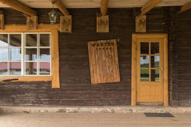 Zabytkowa drewniana tarcza z napisem o poszukiwaniu i nagrodzie