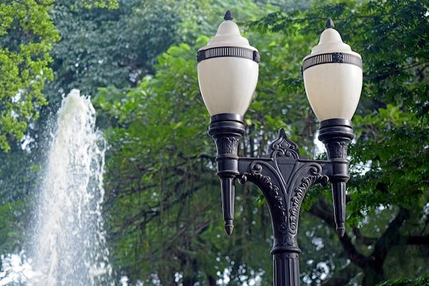 Zabytkowa latarnia uliczna miasta santos