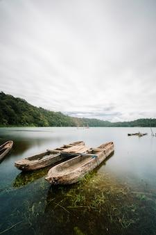 Zabytkowa łódź na jeziorze