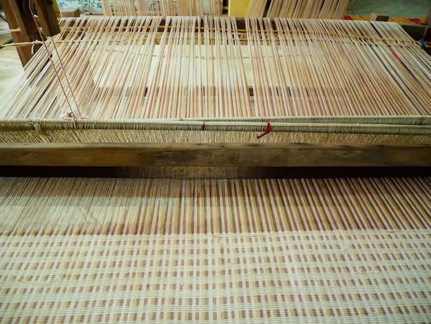 Zabytkowa maszyna tkacka z tajlandii. tkanie jedwabiu i bawełny