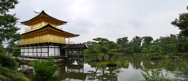 Zabytkowa świątynia kinkaku-ji w kioto, japonia