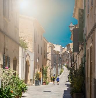 Zabytkowa ulica o zachodzie słońca w alcudia, majorka, hiszpania