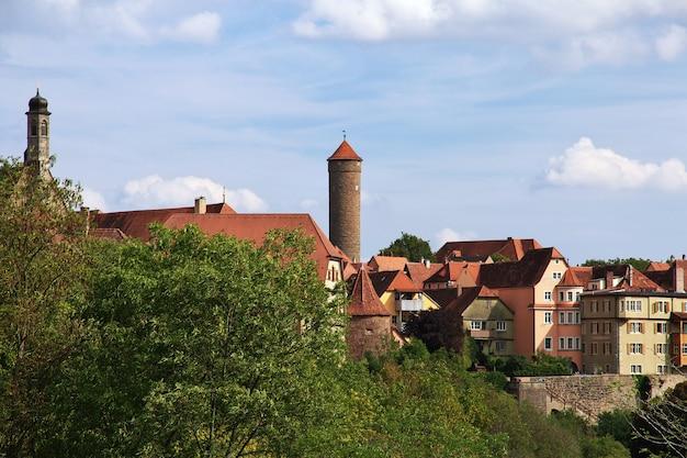 Zabytkowa wieża w rotenburgu nad tauberem w niemczech