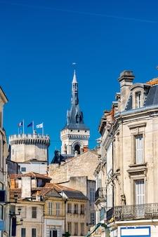 Zabytkowe budynki w angouleme, departament charente we francji