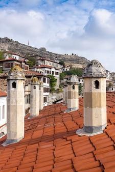 Zabytkowe domy kominowe z ramą. safranbolu - turcja