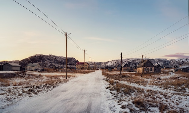 Zabytkowe domy na ośnieżonych wzgórzach arktycznych. stara autentyczna wieś teriberka. półwysep kolski. rosja.