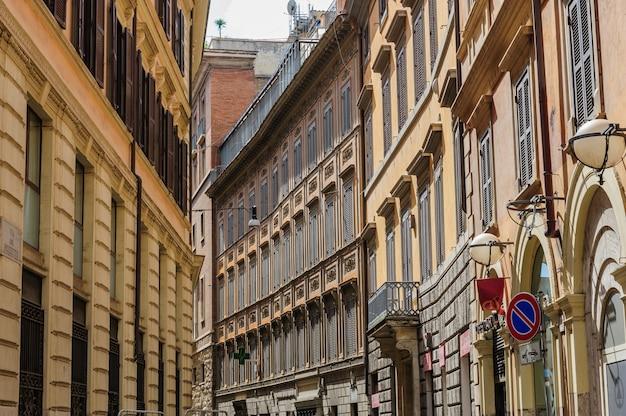 Zabytkowe domy rainessance z okiennicami w lecie w średniowiecznej dzielnicy trastevere w rzymie włochy