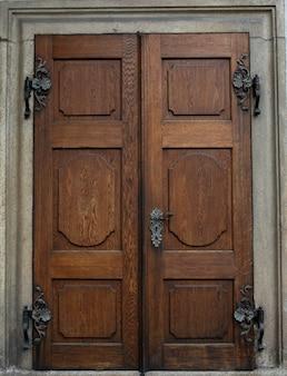 Zabytkowe drewniane drzwi z gałką i dziurką od klucza na zewnątrz