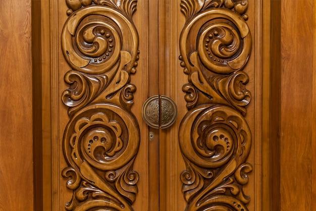 Zabytkowe drewniane rzeźbione drzwi, drewniane drzwi z abstrakcyjnym wzorem rzeźbienia