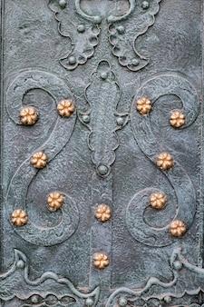 Zabytkowe drzwi stalowe zdobione kutym żelazem, wzór fragmentu drzwi do katedry we lwowie