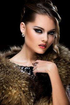 Zabytkowe. piękna dziewczyna nosi futro