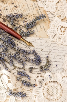 Zabytkowe pióro atramentowe, suszone kwiaty lawendy i stare listy miłosne