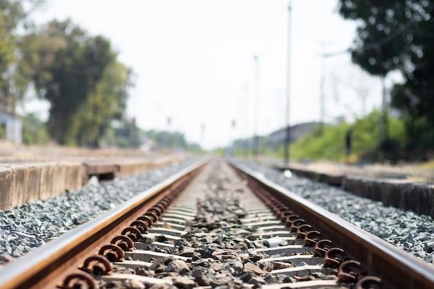 Zabytkowe tory kolejowe dworca kolejowego w grunge i platformie. kolejowy w stylu retro i stary. koncepcja podróży transportowych.