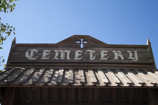 Zabytkowe wejście na cmentarz wykonane z drewna