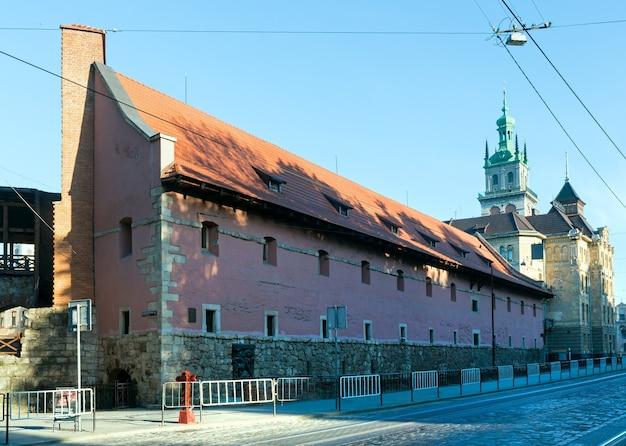 """Zabytkowy budynek """"arsenalu królewskiego"""" (budynek w latach 1642-1644) we lwowie (ukraina) w maju 2012 r."""