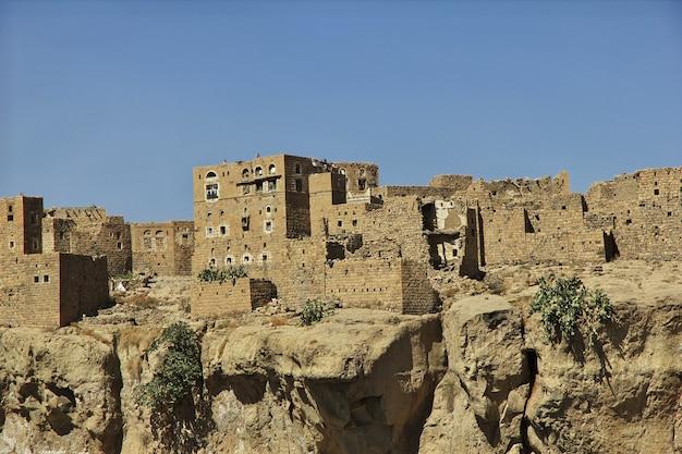 Zabytkowy dom w małej wiosce niedaleko sany, jemen