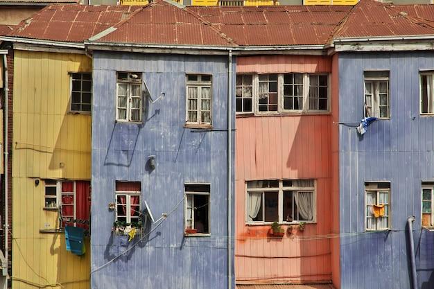 Zabytkowy dom w valparaiso, wybrzeże pacyfiku, chile