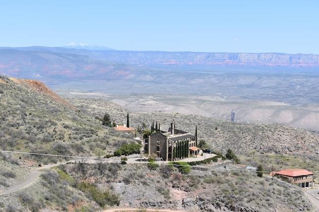 Zabytkowy hotel na zboczu wzgórza w starym górniczym mieście jerome w arizonie