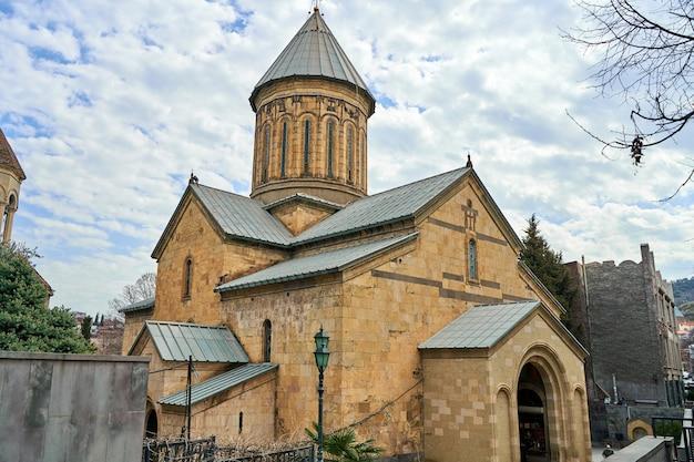 Zabytkowy kościół katedralny w tbilisi. architektura religii gruzińskiej.