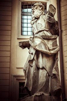 Zabytkowy pomnik starej męskiej postaci