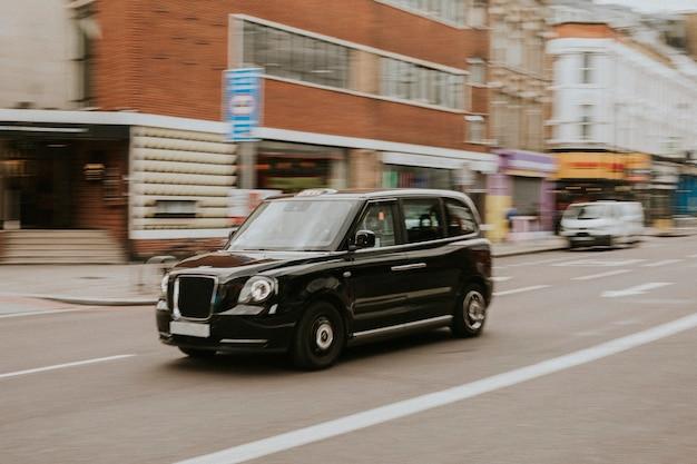 Zabytkowy samochód podróżujący po londyńskiej ulicy
