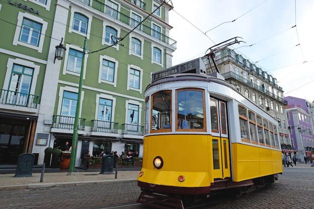 Zabytkowy tramwaj w centrum lizbony lizbona, portugalia w letni dzień