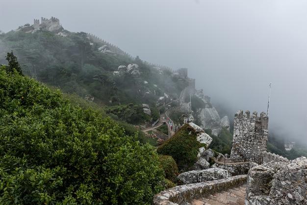 Zabytkowy zamek maurów w sintrze w portugalii w mglisty dzień