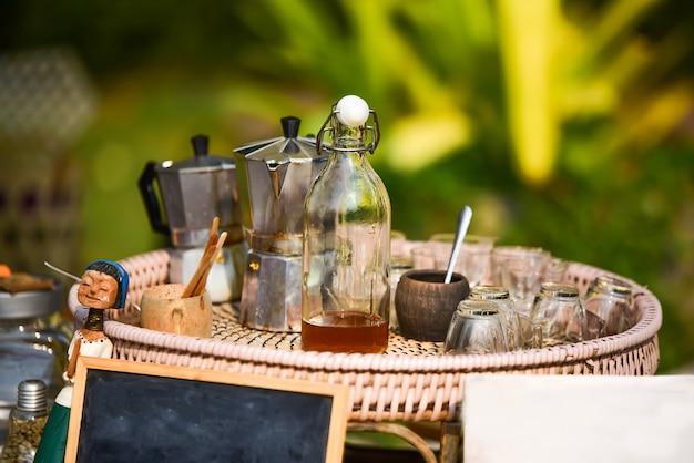 Zabytkowy zestaw do kawy w tajlandii z mieszanką miodu