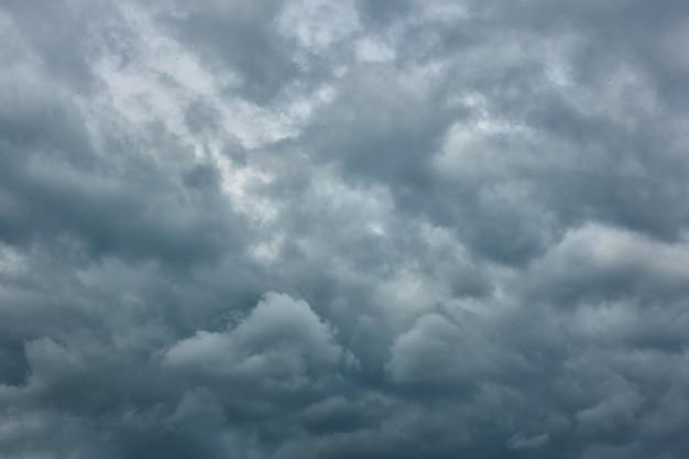 Zachmurzenie - szare, słomiane chmury deszczowe, mogą być używane jako tło