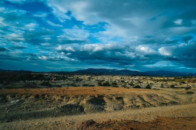 Zachmurzone niebo nad skalistą doliną na pustyni tatacoa w kolumbii