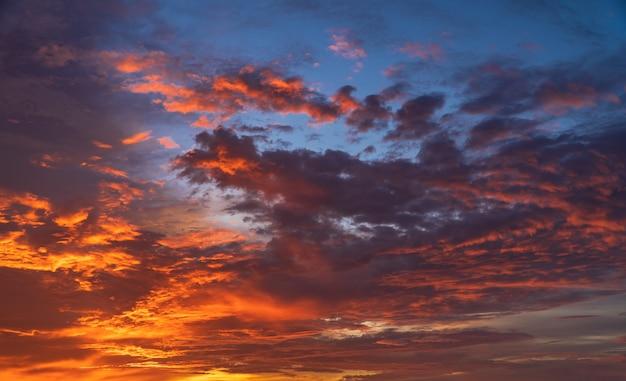 Zachmurzone niebo z chmurami słonecznymi wieczorem