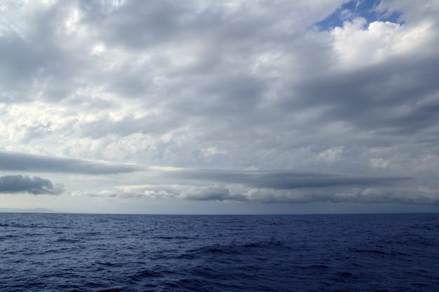 Zachmurzony burzliwy dzień na morzu oceanu