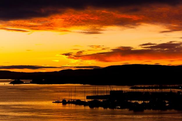 Zachmurzony pomarańczowy zachód słońca. charakter tła
