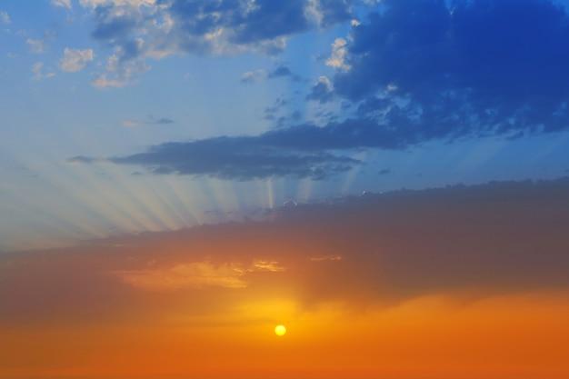 Zachód słońca dramatyczne niebo chmury w la palma