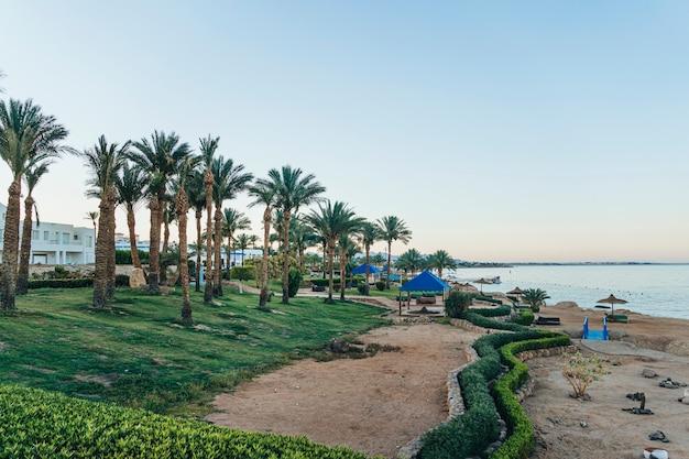 Zachód słońca i turkusowy ocean w sharm el sheikh, egipt