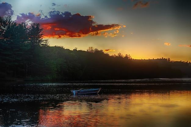 Zachód słońca jezioro łódź chmury relaks przybrzeżne nadmorskie lustro linia brzegowa