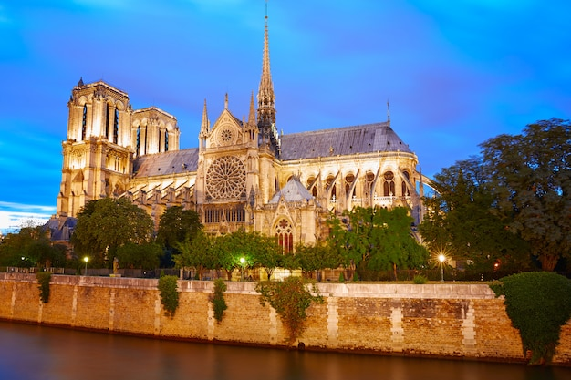 Zachód słońca katedry notre dame w paryżu we francji