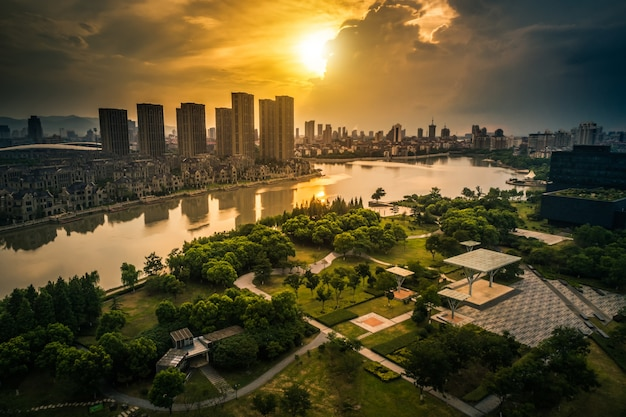 Zachód słońca miasta