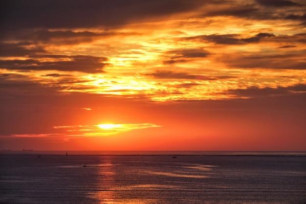 Zachód słońca morze z łodzi